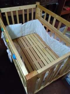 Wooden baby crib w/ bumper