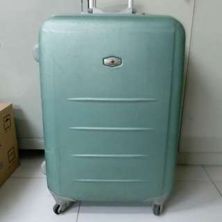 4 Wheels Luggage Size H 28inch W18inch  have 3 lock. One side the lock doesn't work. Use luggage belt is better