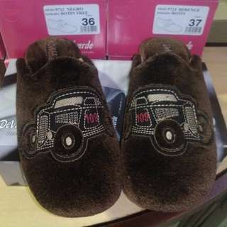 Men's slippers with tags, scuffs