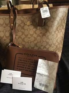 Authentic coach reversible tote bag. Freah from america meron po syang gift receipt.