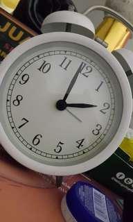 Jam weker putih