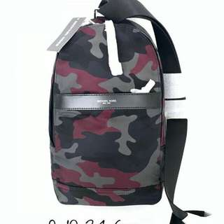 Michael Kors KENT SLING PACK BLACK MULTI