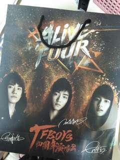 TFBOYS( 王俊凱,王源,易烊千璽) 簽名膠面紙袋