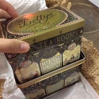 🚚 英國York 百年午茶店Betty's 鐵盒茶組