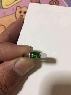 镶绿宝石戒指
