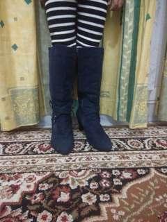 sepatu heels boot navy .