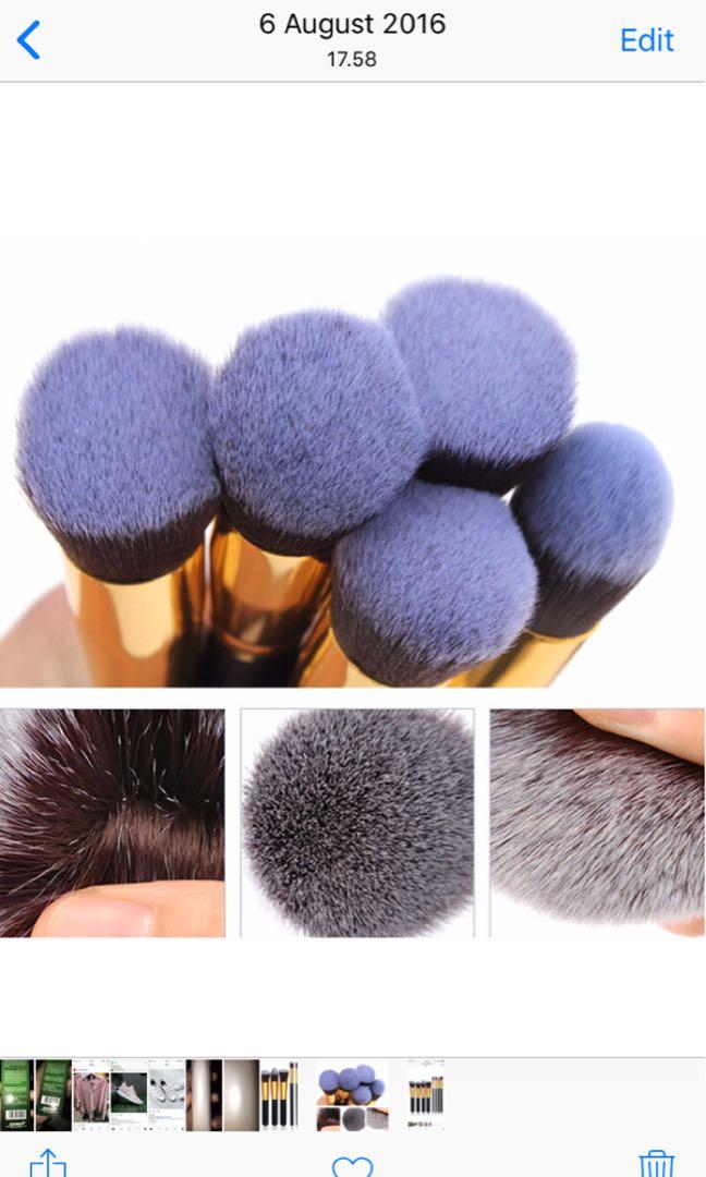Makeup brush black gold