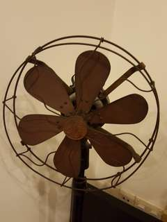 Pseudo-antique oscillating pedestal fan