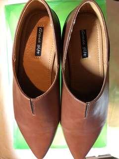 尖頭低跟鞋