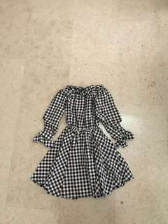 Offshoulder dress in black checks
