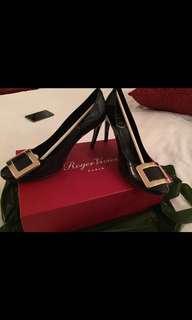 Brand new 全新RV黑金heels