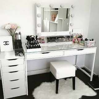 Vanity table and mirror set