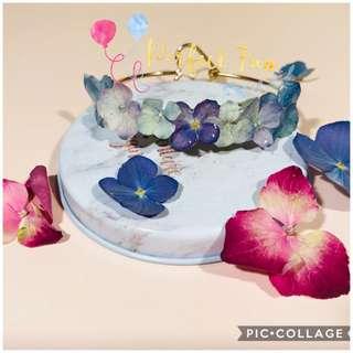 【姊妹手花】藍色繡球花代表浪漫同美滿,紫色繡球花代表永恆同團聚,呢隻手鐲以藍色同紫色繡球花為主,代表新人有一個浪漫美滿嘅婚禮,以及永恆嘅婚姻,由一班姊妹帶著,可以表達到新人對婚姻嘅寄望,另外可以當成一份小心意送俾一班姊妹,感謝佢地嘅幫忙。新娘子都可以反傳統,以呢款手鐲襯婚紗或晚裝🎊為慶祝新店開張,即日起至到6月30日,現凡惠顧即獲9折優惠!🎉 如訂購滿4件更可獲再額外9折!☎仲唔快d inbox /Whatsapp 我地!? 😄😄