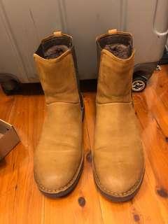 SOLD: UGG LARRA boots