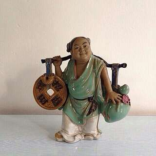 Old Figurine A Man Carrying A 🍑 With A Coin Height 20cm perfect condition