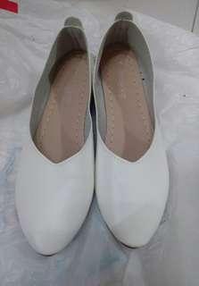 38碼白色尖頭平底鞋