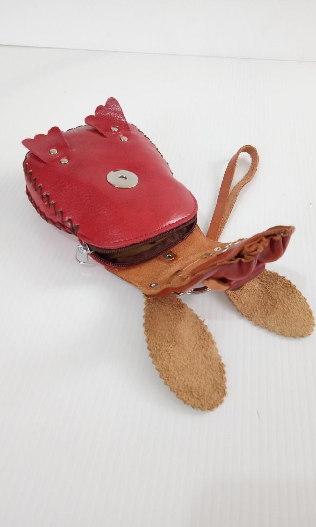 Dompet anjing dari kulit.