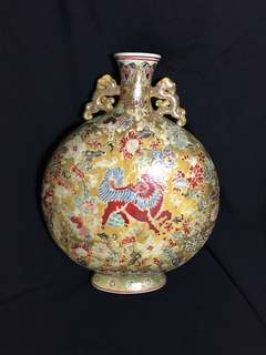 Qing dynasty Famille Rose flat vase 35cm high with lions . 清代乾隆年制花瓶