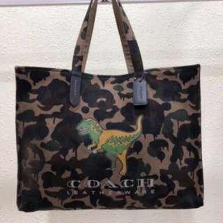COACH 26895 新款迷彩恐龍圖案帆布購物袋 單肩托特包 容量大男女通用