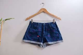 Denim shorts (midwaist) with purple clover pattern
