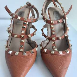GENUINE VALENTINO Tan gold studded heels 37