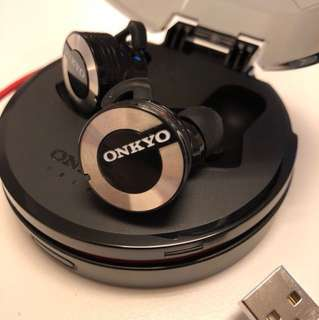 Onkyo wireless headphone with charging case