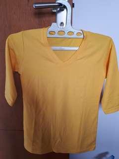 Kaus v neck kuning