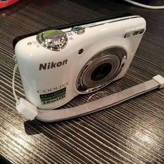 Nikon L25 用2x2A電池夠方便。