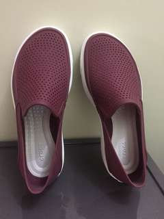 Iconic crocs comfort in maroon