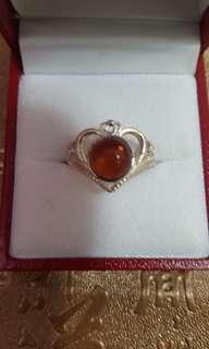 天然琥珀戒指裝嵌925銀,活圈,$250。