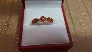 天然琥珀戒指裝嵌925銀,內徑17.4mm,$250。