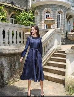 深藍青花腰帶拼網紗綉花連衣裙,真絲提花面料,燈籠長袖結合整體X裙型的設計,既美麗大方又優雅S-3XL