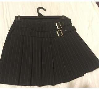 pinstripe pleated short skirt with buckles