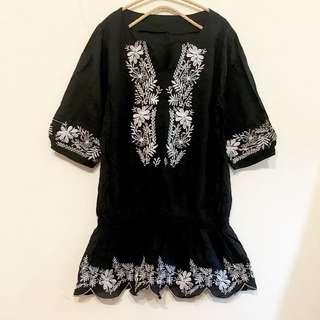 韓國超精緻黑色棉麻白色花朵滾邊刺繡民族風波浪下擺抓皺鬆緊洋裝特價現貨