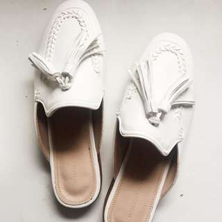 White faux leather mules w/ tassel size 5.5
