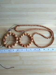 一手三條 崖柏鏈, 包括 一條15mm一條18mm手串及一條108粒 8mm 珠鏈可以作三行或四行手串配戴,   崖柏木具有 濃厚香郁氣味 ,及清熱解毒作用。 清貨價出售