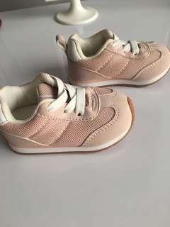 Sepatu keds bayi