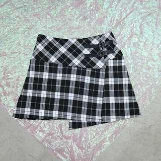 皮釦造型格子短裙