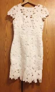 白色花瓣露背洋裝