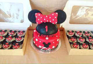 Minnie Mouse Fondant Cake and Cupcakes