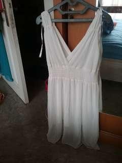 Dress putih selutut... agak nerawang bahannya...adem