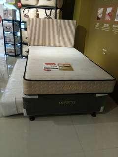 Tempat tidur brun bisa di kredit