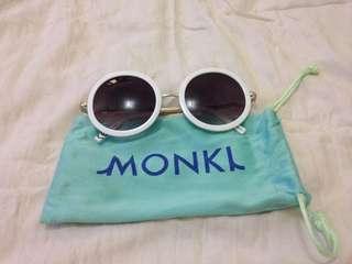 White rounded retro sunnies (Monki)
