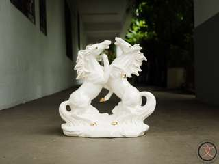 DC017 White porcelain horses figurine
