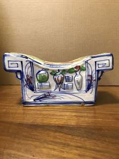 旧瓷器枕頭,高11.5cm寬24cm *Items Sold Are Non-Returnable & Refundable.
