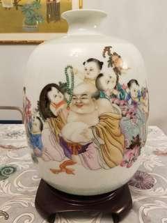 九子砟勒佛瓶之皆大歡喜  : 中國景德鎮著名陶瓷大師張中聞先生作品 : 花瓶  高度:39cm : 附設證書和木瓶座: 有原裝盒。完整無缺。
