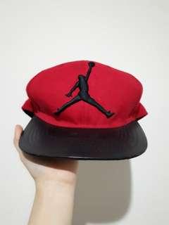 Snapback merah