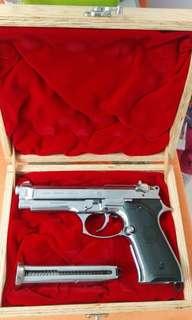 金屬92F汽鎗。 快者得。