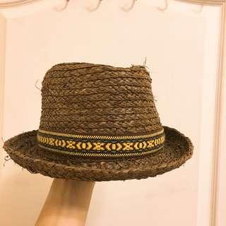 深棕色編織草帽