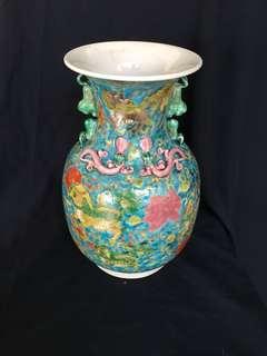 Qing dynasty Kuang xi Mark Famille rose authentic vase 33cm high. 大清光緒年間的粉彩瓶。非常美麗精緻。